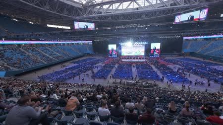 congres : Sint-Petersburg, Rusland - 4 oktober 2019: zakenlieden bijwonen groot educatief forum in Gazprom Arena Stadium Stockvideo