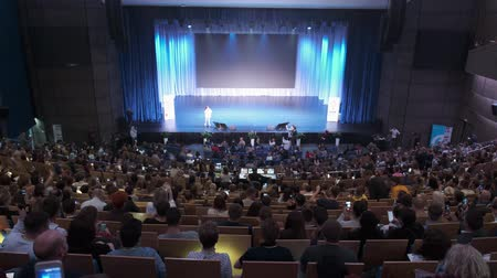 kongres : Svetlogorsk, Russia - October 11, 2019: Visitors of business education forum listen to lecture in large hall Dostupné videozáznamy