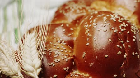 jodendom : Traditioneel Joods gevlochten Challah-brood voor Shabbat. Oren van tarwe. Dolly Shot. Slowmotion. 4K Stockvideo