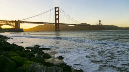 barışçı : Golden Gate Bridge sunset time lapse as the day turns to night. Stok Video