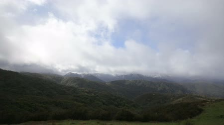 vnitrozemí : A winter storm buffets the mountains of the Los Padres National Forest just inland of Big Sur near Monterey, California.