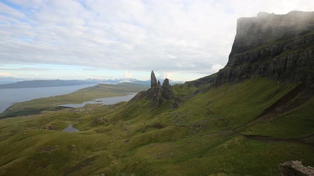 Der Nebel beginnt leise in die Felsformation Old Man of Storr auf der Isle of Skye in Schottland zu driften. Videos