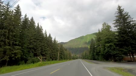 asfalt : Driving on a Mountain Highway in Alaska Wideo