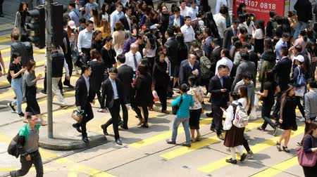 enine kesit : Hong Kong, China- March 27, 2018: Crowded people are crossing the street in Central, Hong Kong.