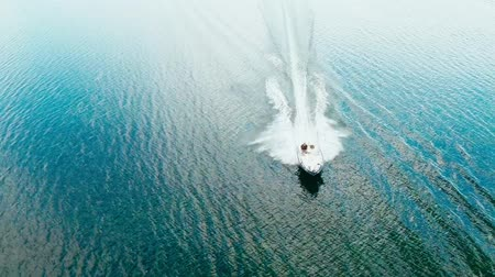 дорогой : Aerial view of a speeding fishing boat in clean water