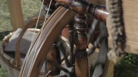 příze : closeup of a spinning wheel in motion