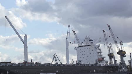 přístav : Cargo ship time lapse with fast moving clouds.