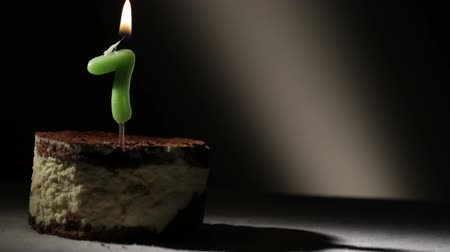 biszkopt : Candle seven in tiramisu cake. Birthday vintage background. Wideo