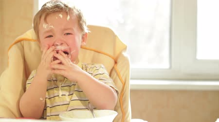 pŁacz : Little boy is crying because he doesnt want to eat more cereal. Wideo
