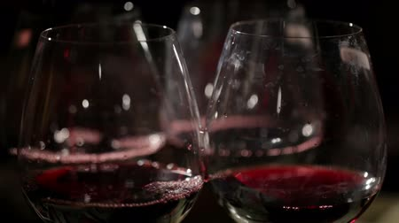 vinho : Red wine is poured in the glasses. Macro shot.