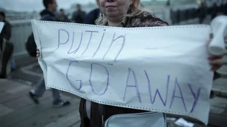 ocupação profissional : MOSCOW-MAY 6: A woman holds a placard with inscription Putin Go Away during a protest rally organized to free prisoners of conscience on May 6 2013 in Moscow, Russia. Stock Footage