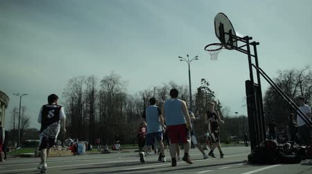 basketbal : Tieners spelen basketbal 1