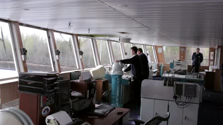 навигацион судно : Navigation officer driving the cruise liner on the river