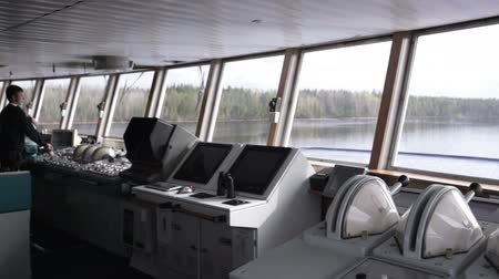 навигацион судно : Navigation officer driving the cruise liner on the river.