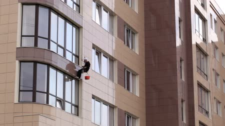 risco : Man washes the windows of office building 1