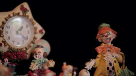 palhaço : Clown figurines and clock. Panning macro shot.