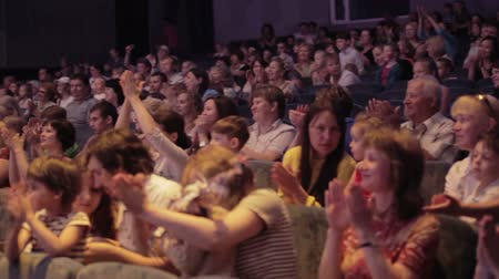 divadlo : Audience applauded in theater or in cinema. Panning shot 2.