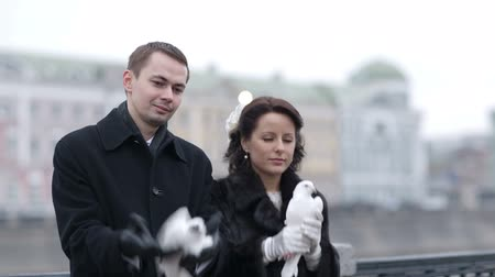 gołąbki : Bride and groom releasing pigeons. Wedding traditions and rituals. Winter. Wideo