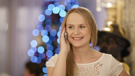 telefones : Woman talking on the phone during Christmas celebration. X-mas greetings.