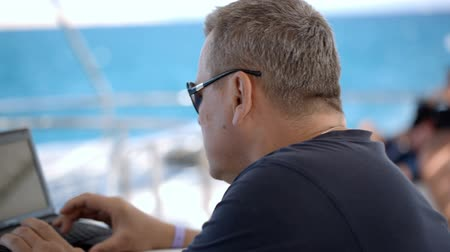 żaglówka : 50 years old man using laptop while traveling by sea on the yacht Wideo