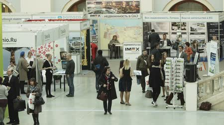экспозиция : MOSCOW, RUSSIA - APRIL 11, 2014: People visiting international real estate event DOMEXPO at Gostiny Dvor Стоковые видеозаписи