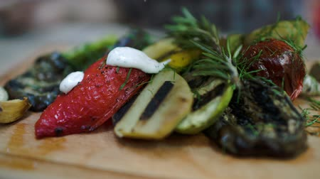 приправа : Close-up shot of cream sauce topping on appetizing grilled vegetables with different seasoning