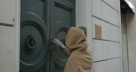 фронт : Steadicam shot of a woman coming up to the old vintage front door, opening it with a key and coming in