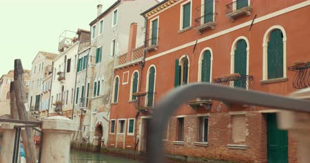 wenecja : Sightseeing of Venice, Italy. Steadicam shot of city view with quiet canal and old style architecture