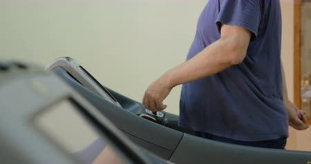 perda de peso : Man exercising on stepmill in the gym. Getting in some cardio is effective for health and weight loss Stock Footage