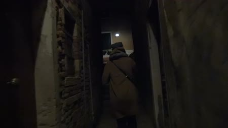 uliczka : Slow motiona steadicam shot of a woman running in dark alleyway at night and talking on the phone