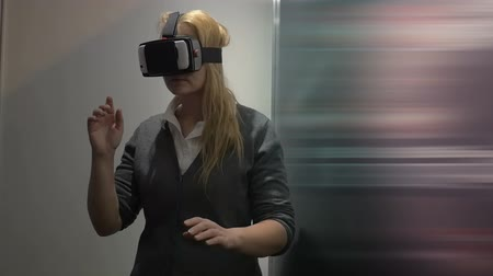 realidade : Slow motion of a woman having adventure in virtual world. She using augmented reality headset creating virtual space based on smartphone applications