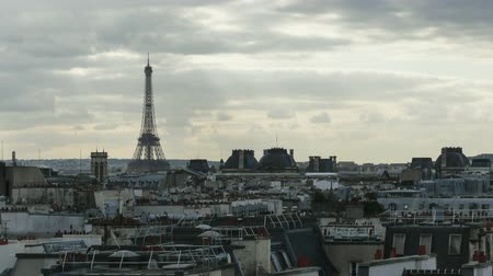 panorâmico : Timelapse shot of grey clouds floating over the Paris with following zooming in Eiffel Tower