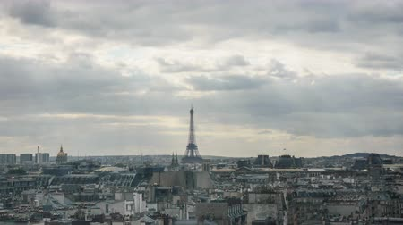 panorâmico : Timelapse shot of clouds piling up over the Paris as the evening comes. Panoramic shot of the city with the Eiffel Tower in centre