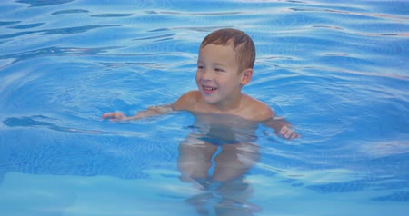 sport dzieci : Smiling boy is resting in the swimming pool