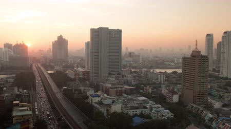 güneş ışını : Timelapse shot of dawn in Thailand capital. Bangkok cityscape with busy highway and river in warm light of morning sun