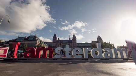музей : AMSTERDAM, NETHERLANDS - AUGUST 09, 2016: Timelapse low angle shot of people coming to take shots with I amsterdam slogan Стоковые видеозаписи