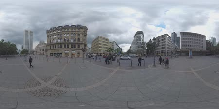 oper : FRANKFURT AM MAIN, GERMANY - JUNE 17, 2016: 360 VR video. City view with modern skyscrapers, Alte Oper and Opernplatz. People crossing the road to get to Grosse Bockenheimer Strasse called Fressgass Stock Footage