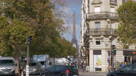 zebry : PARIS, FRANCE - SEPTEMBER 29, 2017: In autumn city. Street looking out over Eiffel Tower. Many parked cars and people walking on sidewalk and crosswalk