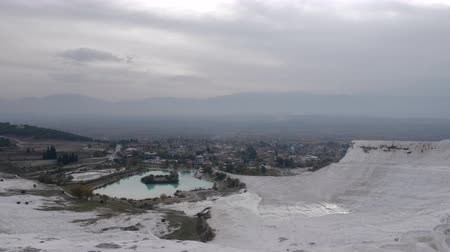 travertino : Observing the panorama of town and distant mountains from travertine terraces in Pamukkale, Turkey