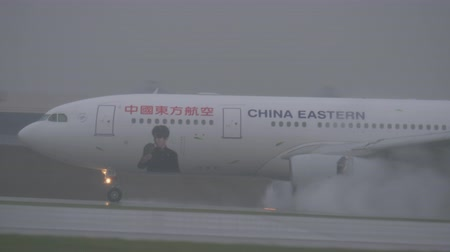yağmur yağıyor : MOSCOW, RUSSIA - OCTOBER 04, 2017: China Eastern airplane Airbus A330 driving on high speed on wet runway at Sheremetyevo Airport. Major Chinese airline operating 217 destinations