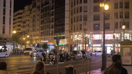 Валенсия : VALENCIA, SPAIN - JANUARY 13, 2018: In night city. View to Colon street with car traffic and illuminated store banners on high buildings. One of the main shopping streets Стоковые видеозаписи