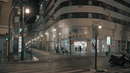 alışveriş : VALENCIA, SPAIN - JANUARY 13, 2018: Car traffic on the junction of Colon and Pascual i Genis streets with Zara store at the corner. Night view