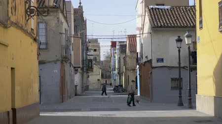мощеный : VALENCIA, SPAIN - JANUARY 13, 2018: View to Barraca street. Some people walking in the alleyway between old houses