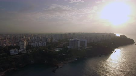 yoğunluk : Aerial shot of a coastal city within the country of Turkey at sunrise, Antalya