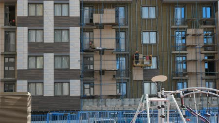 inacabado : Builders working on scaffolds when doing house exterior works. Stock Footage
