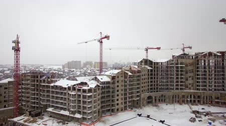 inacabado : Aerial winter shot of construction site of residential compound and view to city suburbs built-up with houses, Russia