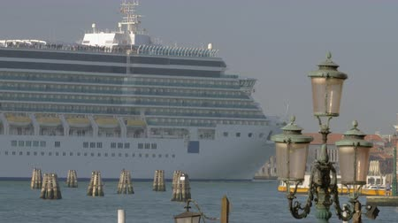 круиз : Cruise ship sailing in Venice waterway. Voyage through the famous Italian city