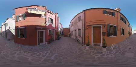мощеный : 360 VR video. Paved alleyway between typical coloured houses of Burano island. Two-storey houses with shutters Стоковые видеозаписи