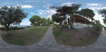 cisza : 360 VR Video. Green garden with outdoor restaurant and paved paths leading to the sea at Trikorfo Beach aparthotel, Greece