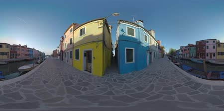мощеный : 360 VR video. Picturesque Burano scene with colourful homes in a row alongside the canal with boats. Quiet street in popular place of interest in Italy